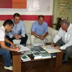 Firma contrato construcción nave industrial en Agua Salada