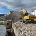 El Ayuntamiento derriba unas casas ruinosas en Canara para eliminar un punto negro en la B-20