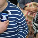Los usuarios del centro de día reciben las chapas personificadas con el código QR